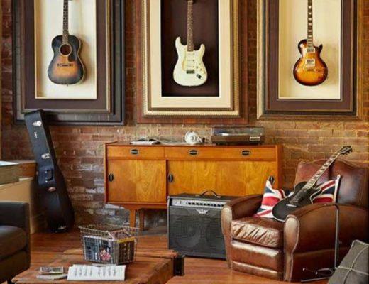 decoração musical feita com violões pendurados na parede
