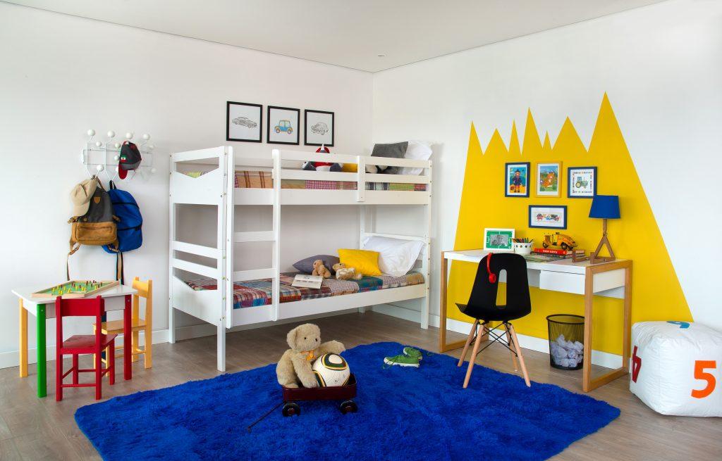 decoração do quarto infantil com tapete e cores intensas