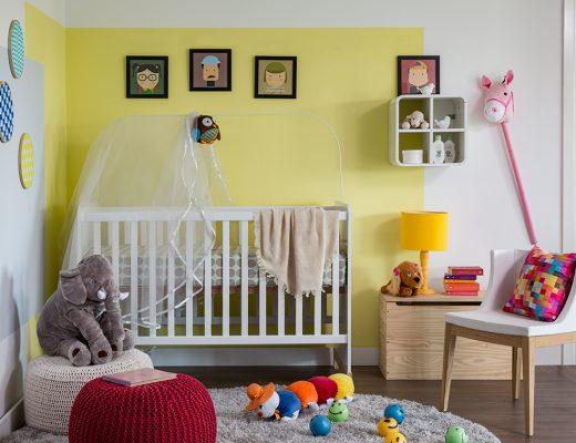 decoração do quarto infantil com berço e brinquedos pelo chão