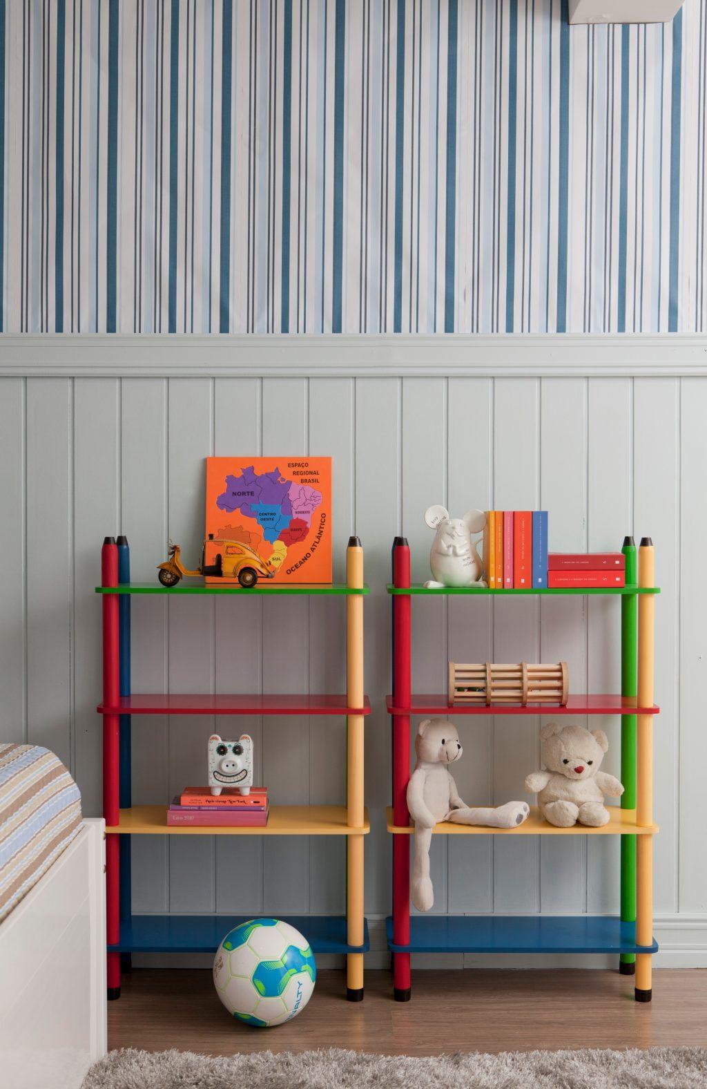decoração do quarto infantil com estante colorida