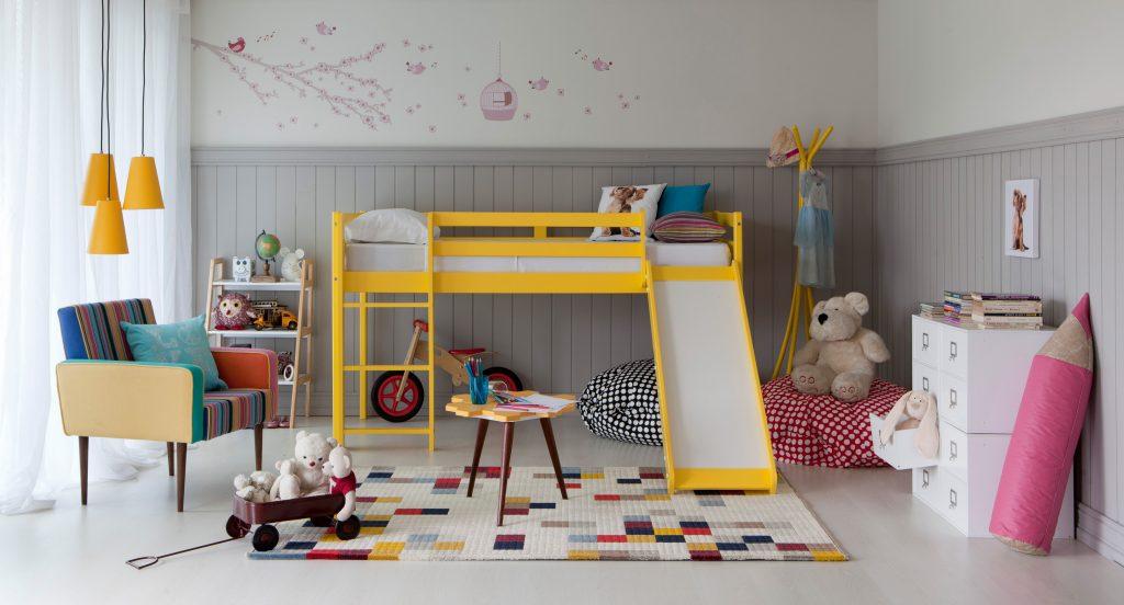 decoração do quarto infantil colorida com tapete colorido e cama amarela