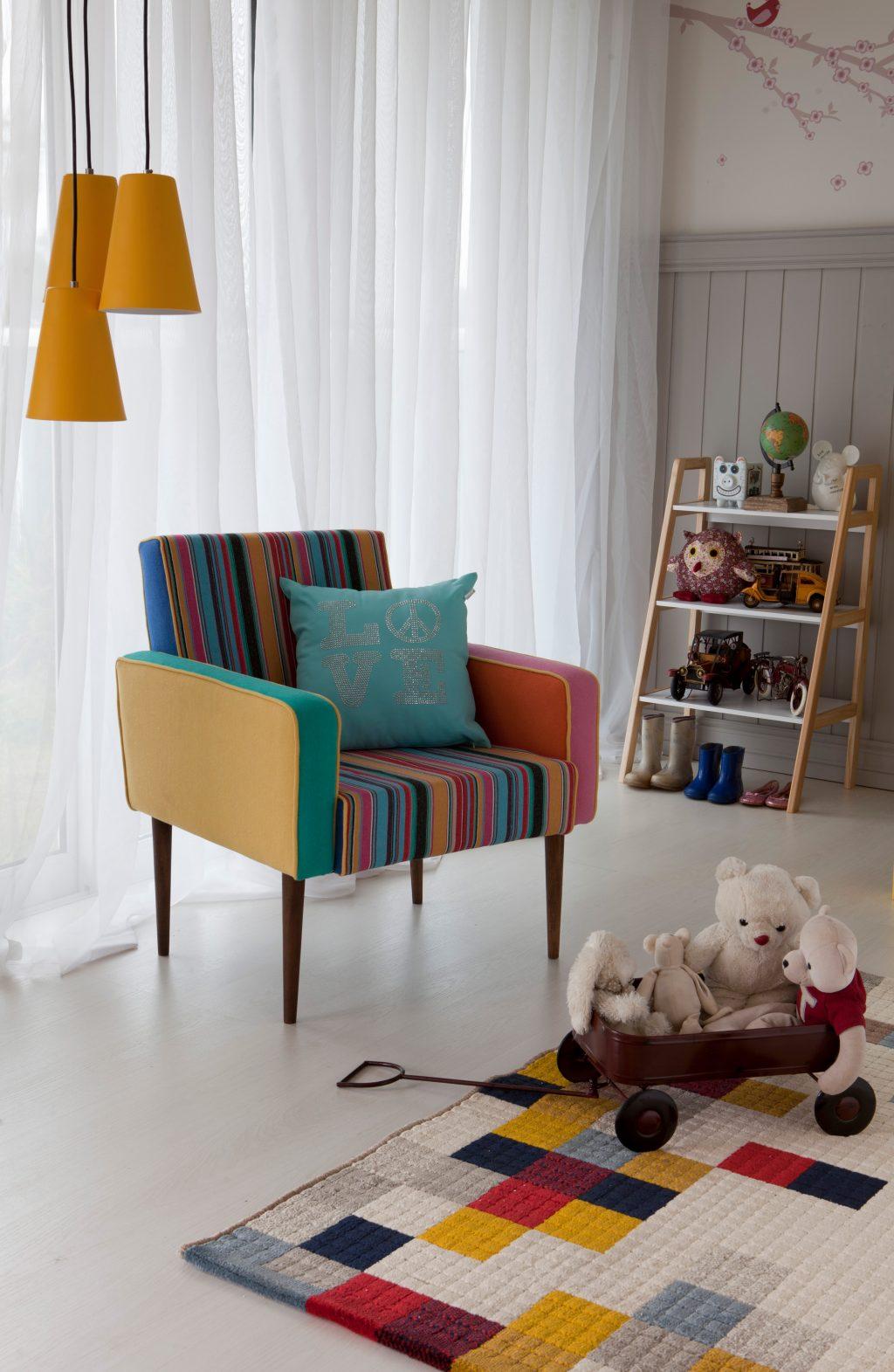 decoração do quarto infantil com poltrona colorida e estantes com brinquedos