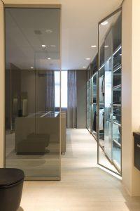 closet organizado com porta de vidro