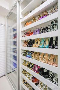 closet organizado com espaço para sapatos