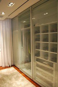 closet organizado com portas transparentes