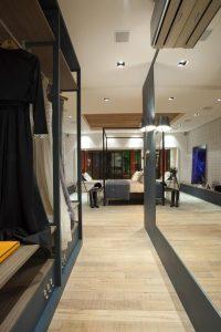 closet organizado com espelho grande
