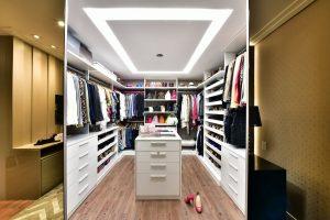 closet organizado com muita luz e por de correr