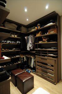 closet organizado com repartimentos