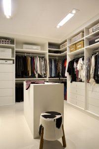 closet organizado com banco no meio