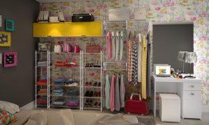 closet organizado com roupas penduradas