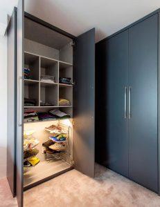 closet organizado feito em quarto de apartamento