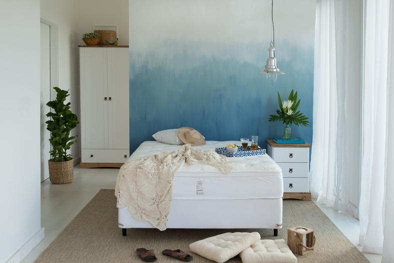 quarto mais aconchegante com decoração azul e móveis brancos