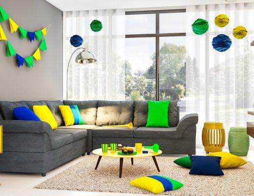 festa em casa com sofá cinza decorado com verde, amarelo e azul