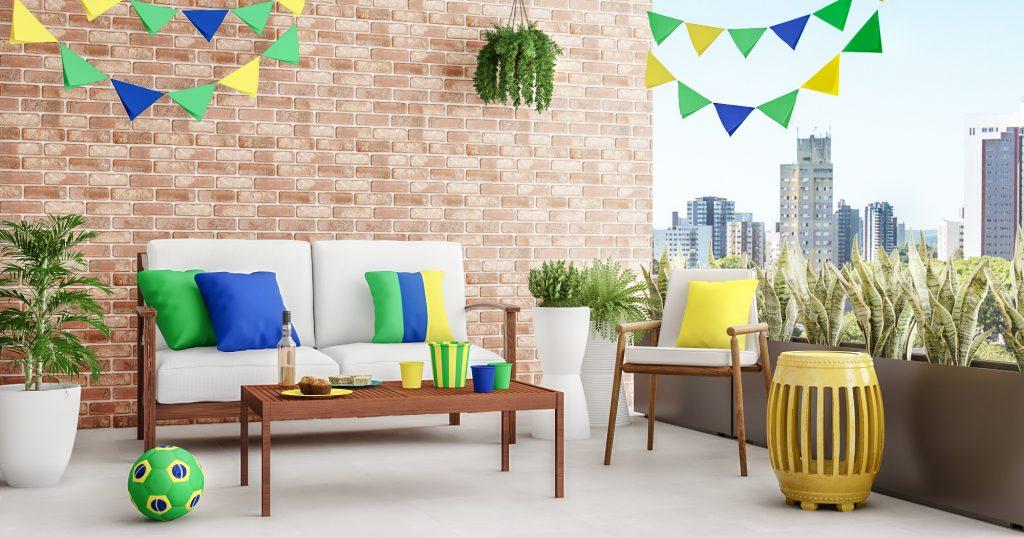 festa em casa com varanda enfeitada com verde e amarelo e bandeirinhas