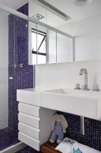 banheiro decorado com pastilha vertical roxa
