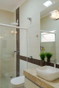 banheiro decorado com pastilhas na vertical marrom