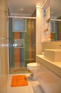 banheiro com pastilhas coloridas