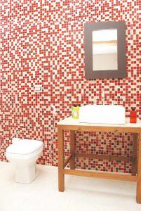 banheiro decorado com pastilha vermelha