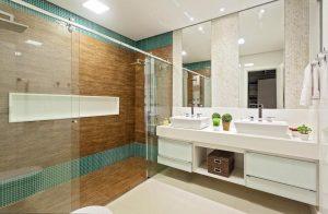 banheiro com acabamento de ceramica e pastilhas verdes
