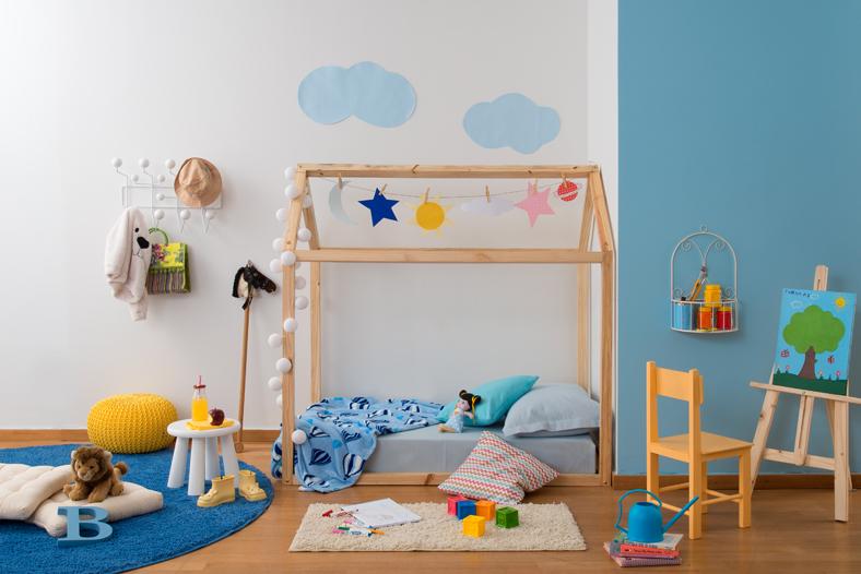 1ed960528 A cama montessoriana de casinha é o modelo mais comum e que tem ganhando  cada vez mais corações por aí. Atenção para o cabide e suporte de tintas  também