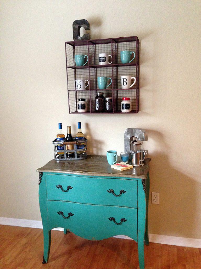 Cantinho do café decorado com cômoda azul e nichos