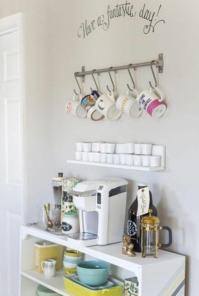 Cantinho do café decorado com ganchos para xícaras