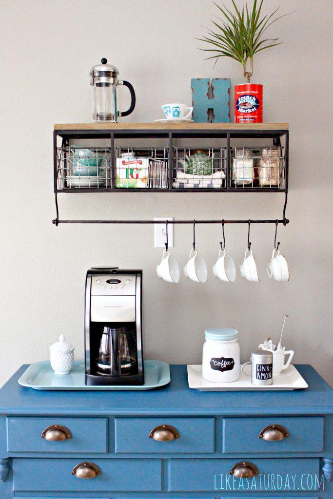 Cantinho do café decorado nichos e ganchos para xícaras