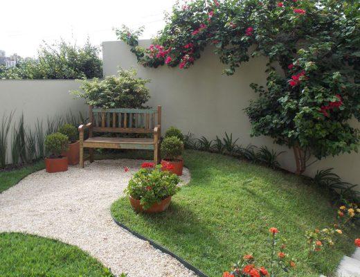 jardim decorado com flores vermelhas