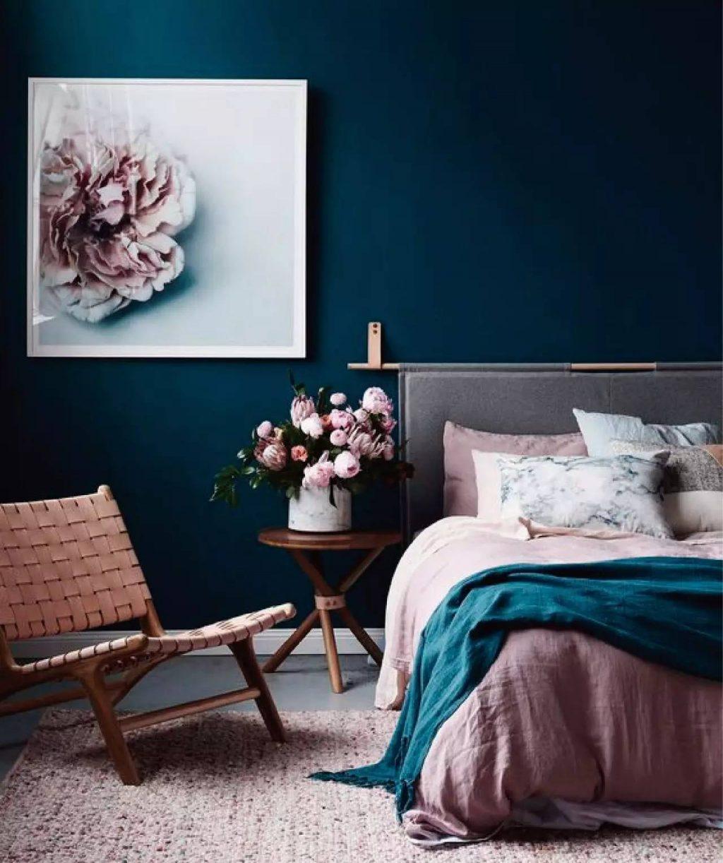 quarto com muitos cobertores para decoração de inverno