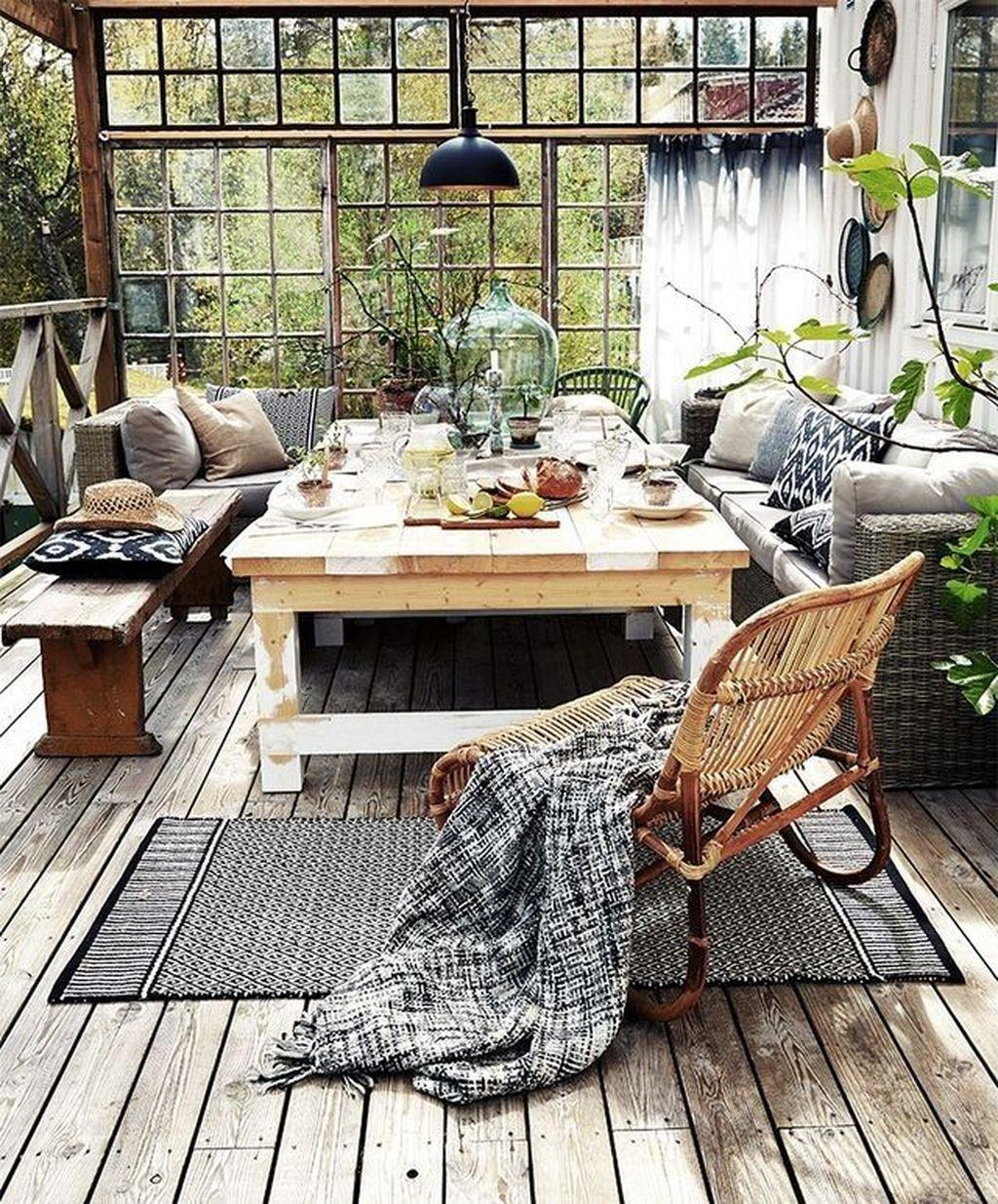 decoração de inverno com cadeira revestida com manta