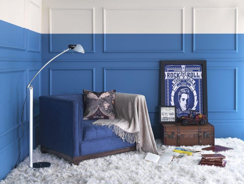 decoração de inverno com tons azuis e poltrona confortável