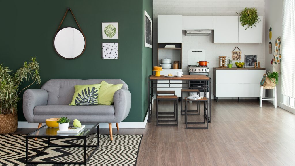 decoração tropicália com sala de estar e cozinha integradas