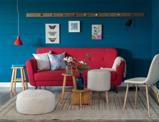 Bancos na decoração - Sala de Estar com Sofá vermelho