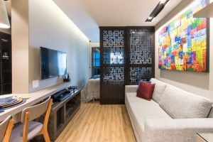 decoração de apartamentos pequenos com divisória entre a sala e o quarto