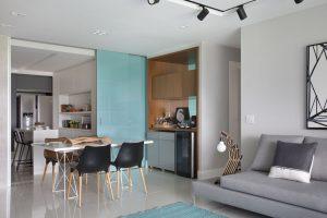 decoração de apartamentos pequenos com porta de correr entre a sala e a cozinha