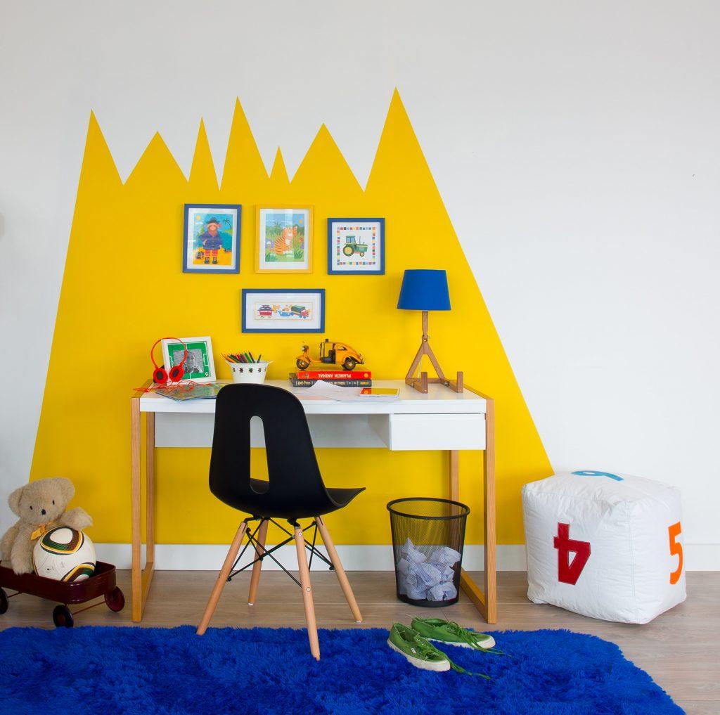 escrivaninha no quarto infantil amarelo