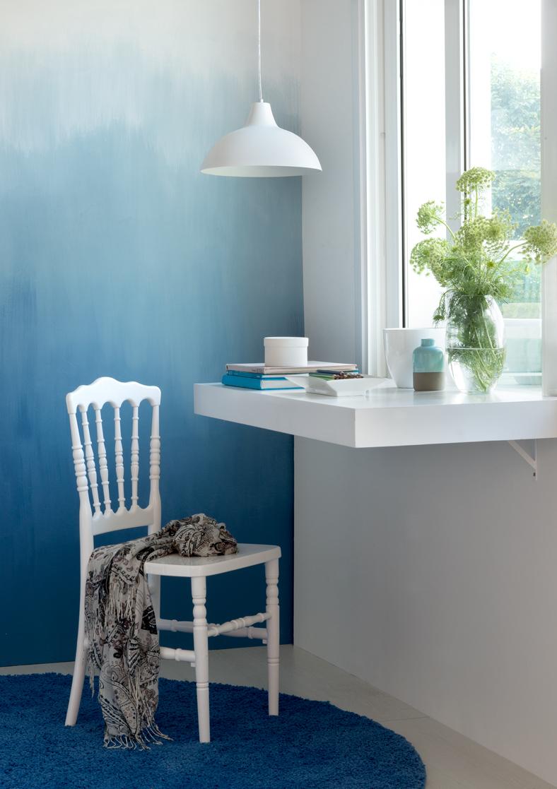 escrivaninha suspensa no escritorio azul