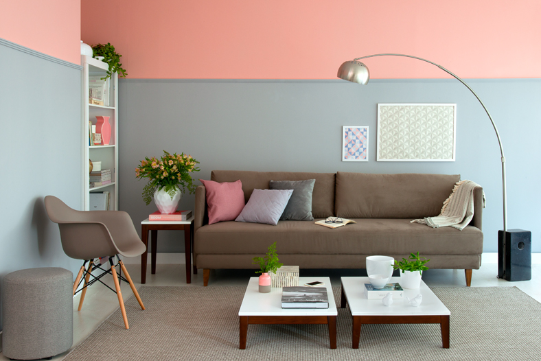 meia parede azul e rosa na sala de estar