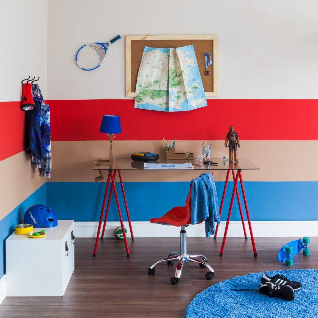 escrivaninha no quarto infantil