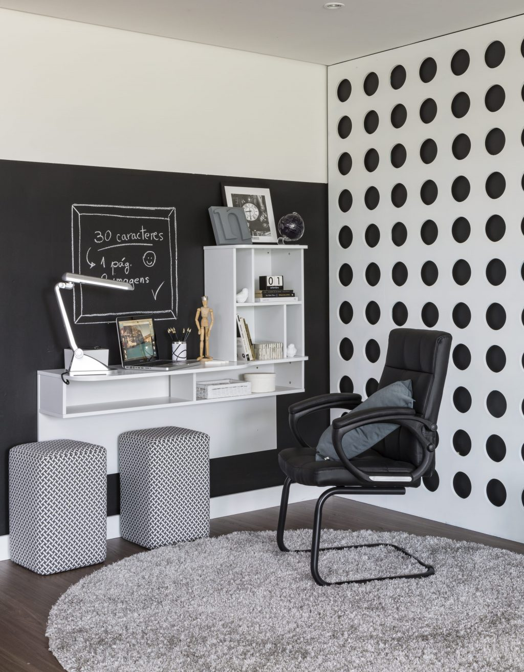 escrivaninha com estante em decoração preta e brance