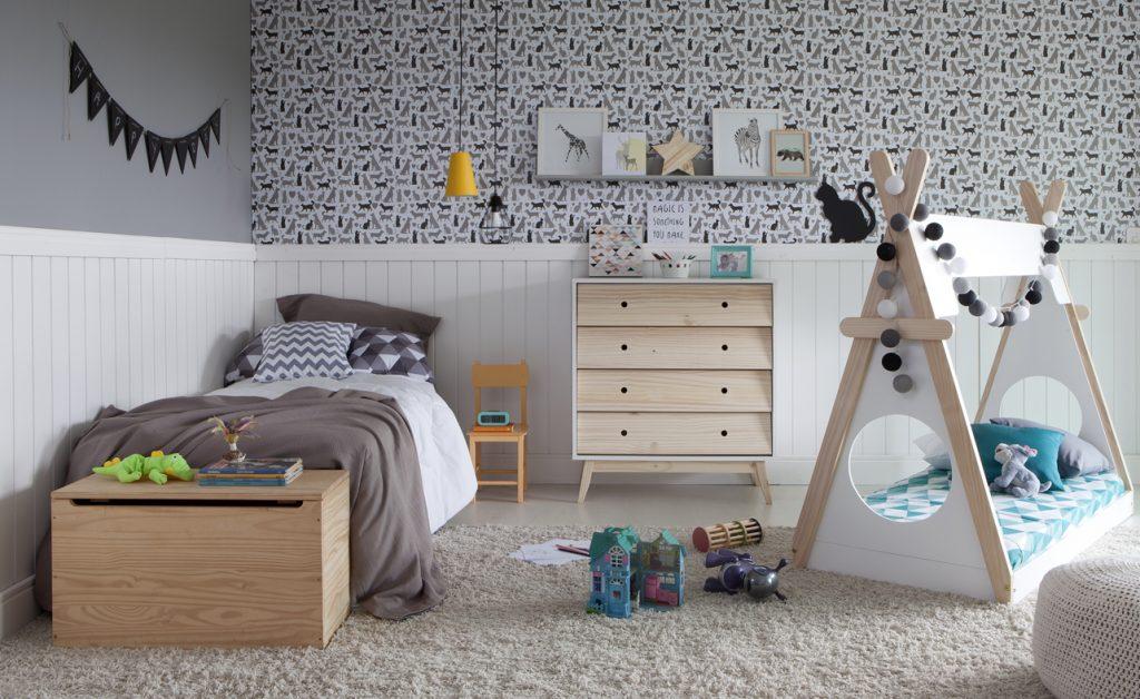 meia parede feita com papel de parede no quarto infantil