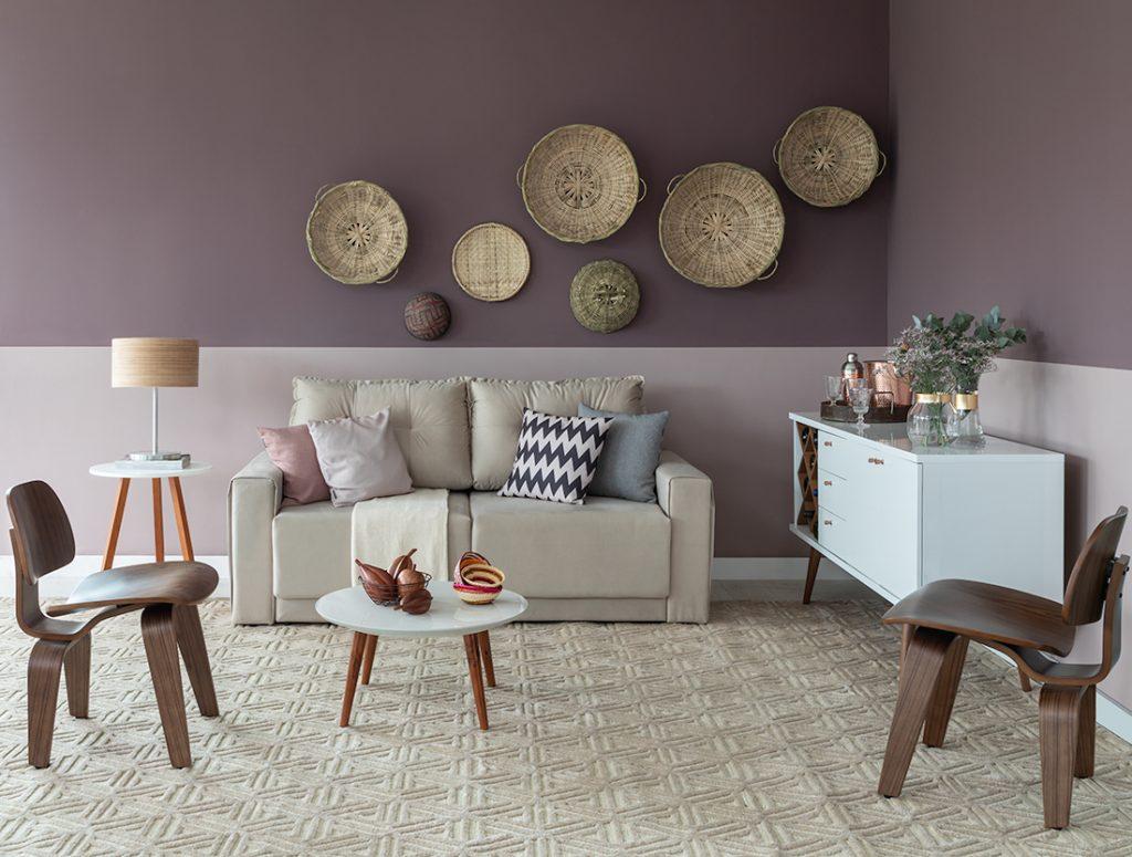 meia parede na sala de estar com decoração com cestos