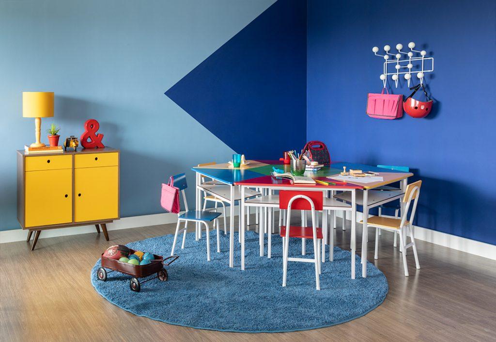 meia parede com tons de azul no quarto infantil