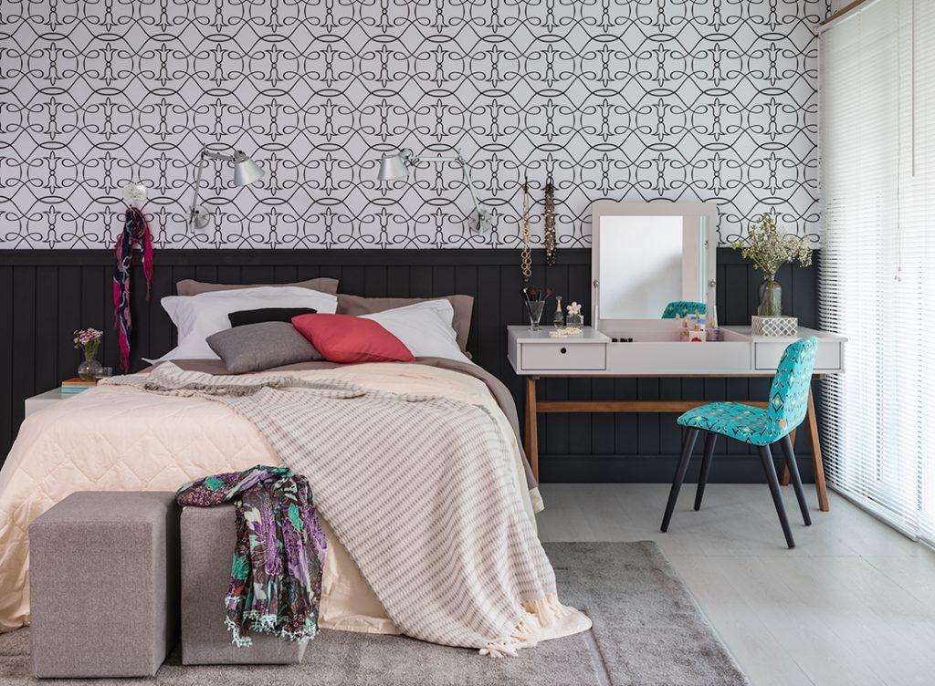 meia parede feita com papel de parede no quarto