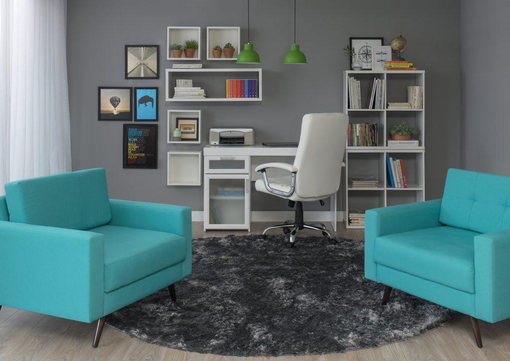 escritório com escrivaninha com estante