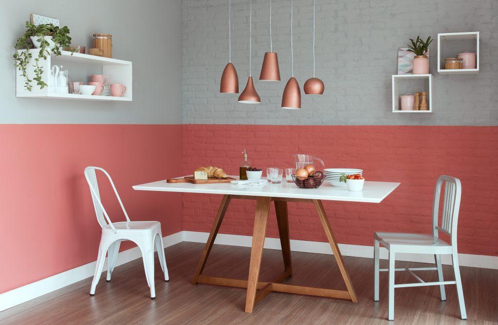 meia parede cinza e rosa na sala de jantar