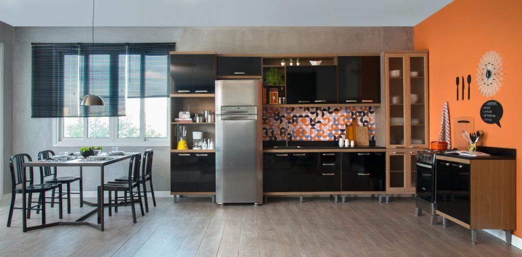 decoração de cozinha moderna preta com laranja com integração com sala de jantar