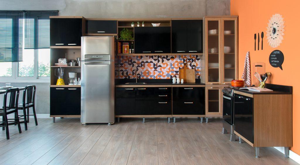 decoração de cozinha moderna com tons pretos e laranjas