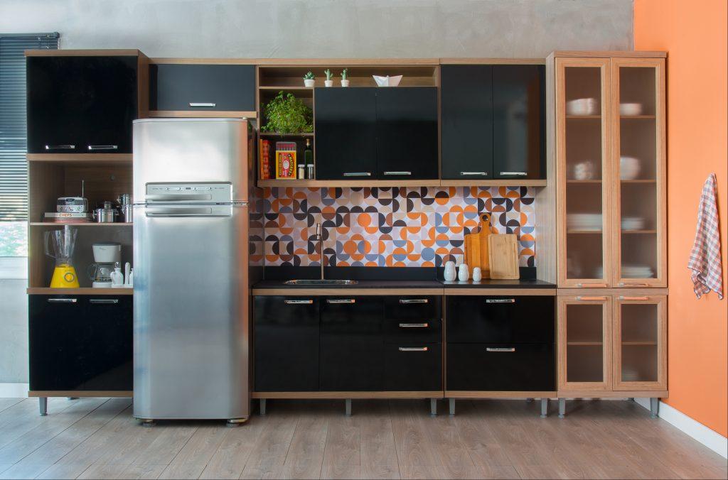 decoração de cozinha com preto e laranja