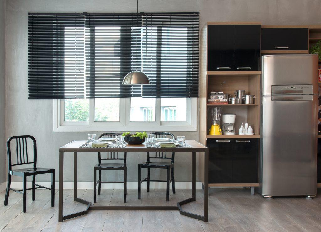 decoração de cozinha moderna com móveis pretos